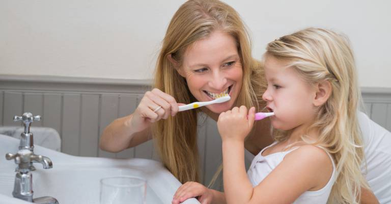Moeder en dochter poetsen tanden